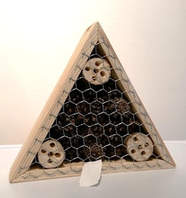 insektshotell-triangle-furu-med-kottar-1